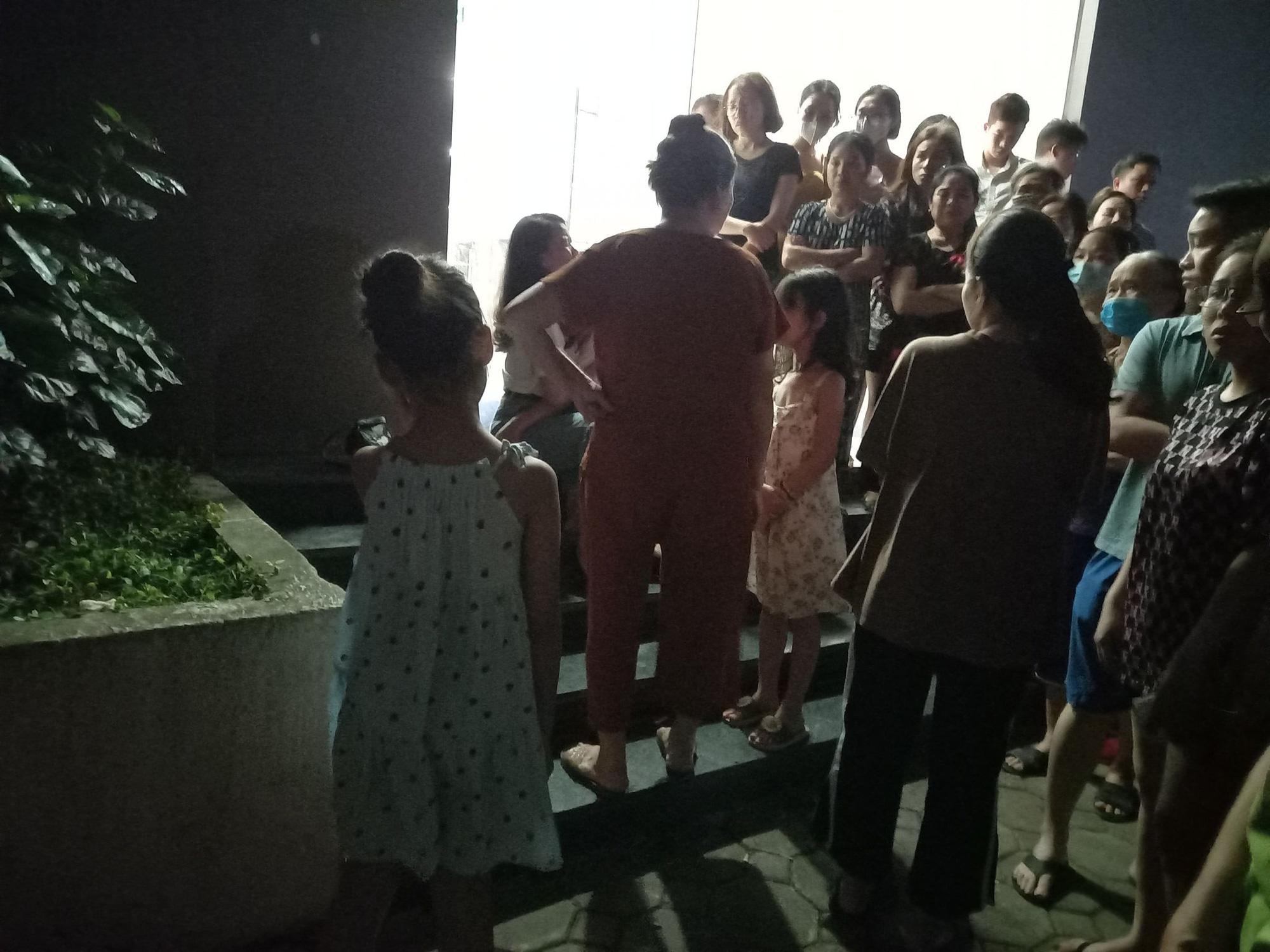Người mẹ sốc nặng khi con gái 4 tuổi rơi tầng 24 chung cư Xuân Mai Complex tử vong thương tâm - Ảnh 1.