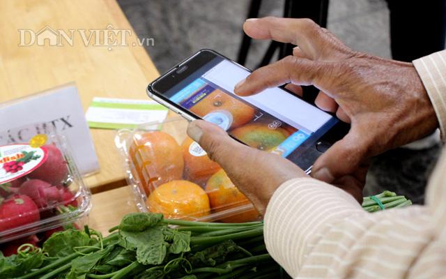 Khách hàng truy xuất nguồn gốc các loại rau củ quả của 1 doanh nghiệp ở Lâm Đồng