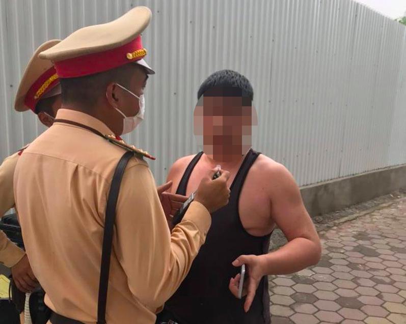 Người đàn ông say xỉn, quát CSGT ở Hà Nội: Tin nóng từ lãnh đạo Đội Cảnh sát giao thông - Ảnh 1.
