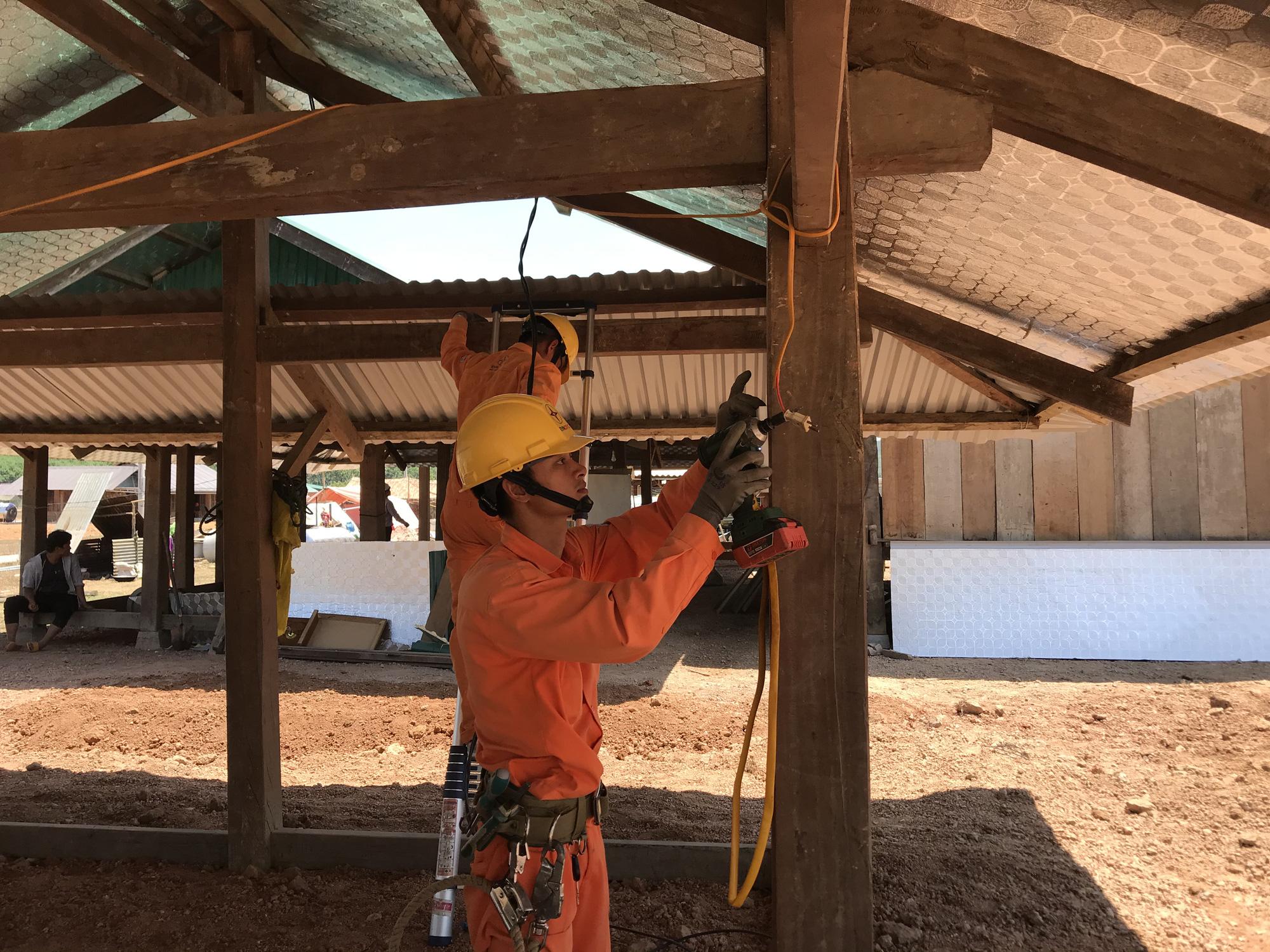 Tái định cư Dự án hồ chứa nước Krông Pắk Thượng: Nhà vừa dựng lên đã có điện - Ảnh 2.
