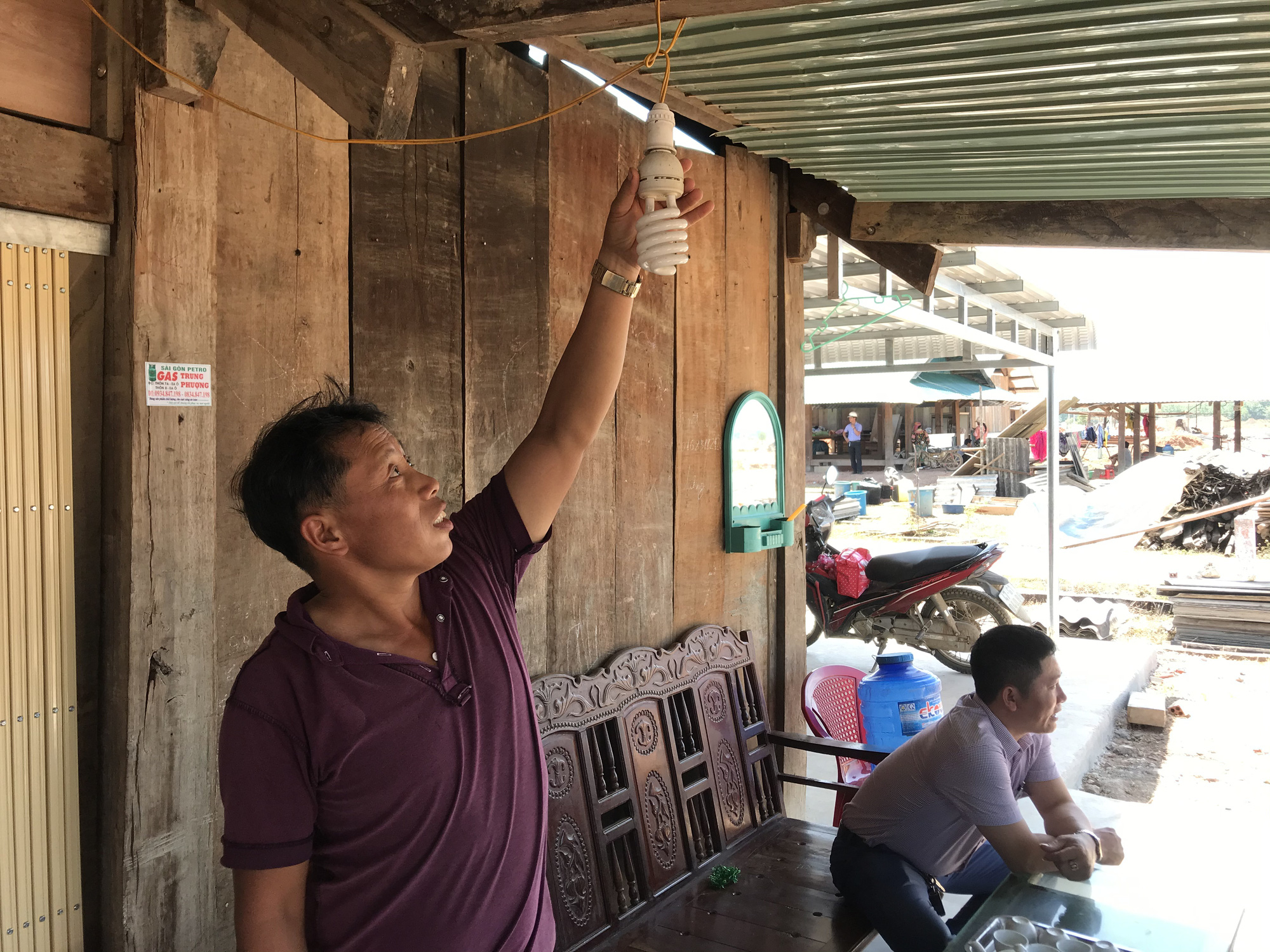 Tái định cư Dự án hồ chứa nước Krông Pắk Thượng: Nhà vừa dựng lên đã có điện - Ảnh 1.