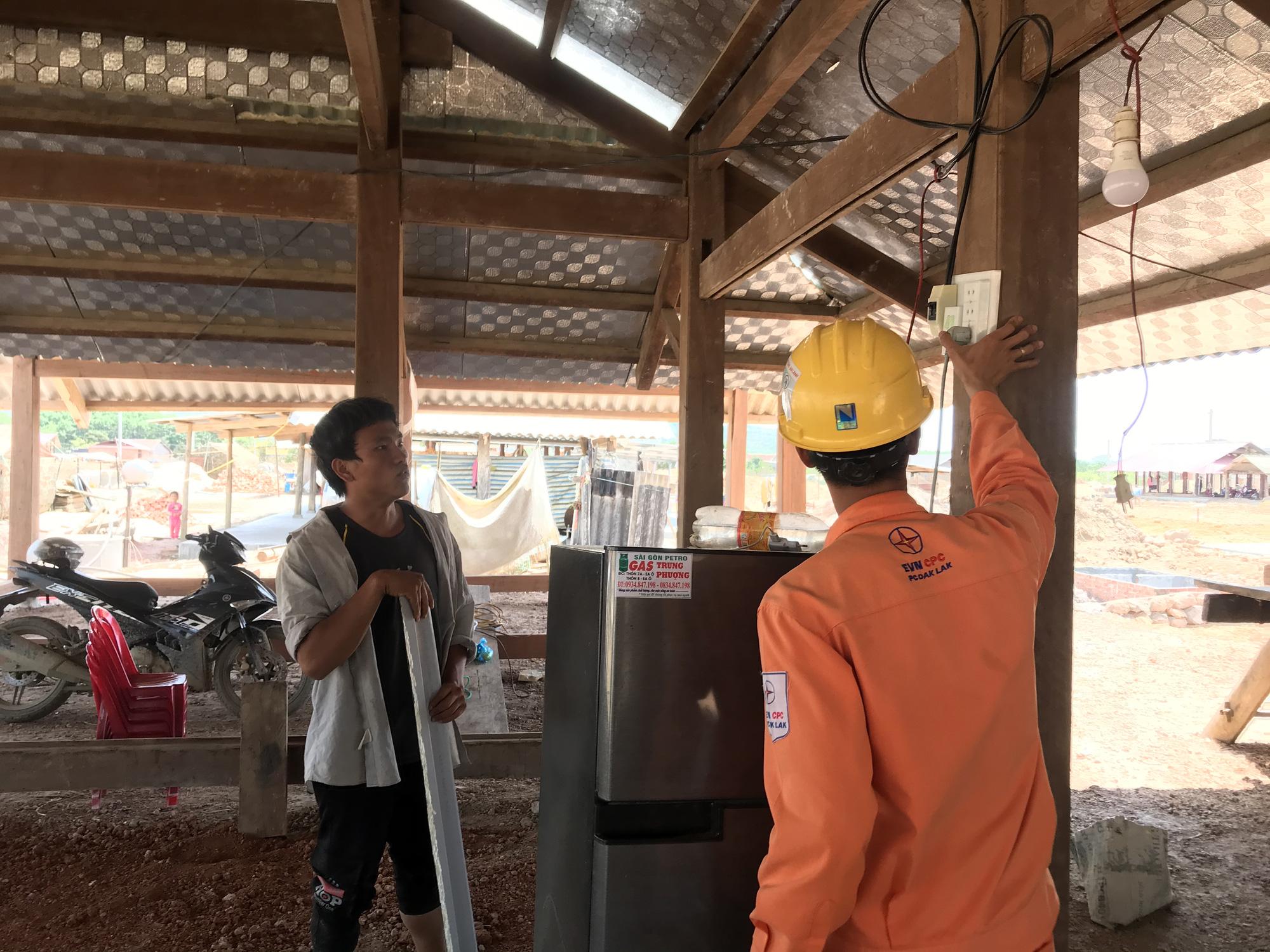Tái định cư Dự án hồ chứa nước Krông Pắk Thượng: Nhà vừa dựng lên đã có điện - Ảnh 3.