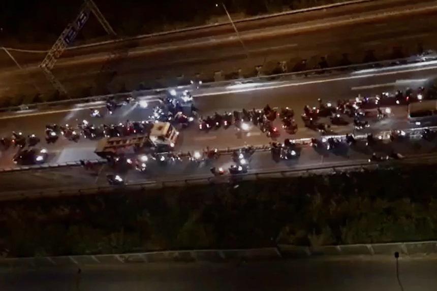 """Xử lý thế nào hàng trăm """"quái xế"""" chặn cao tốc làm đường đua bạt mạng? - Ảnh 1."""