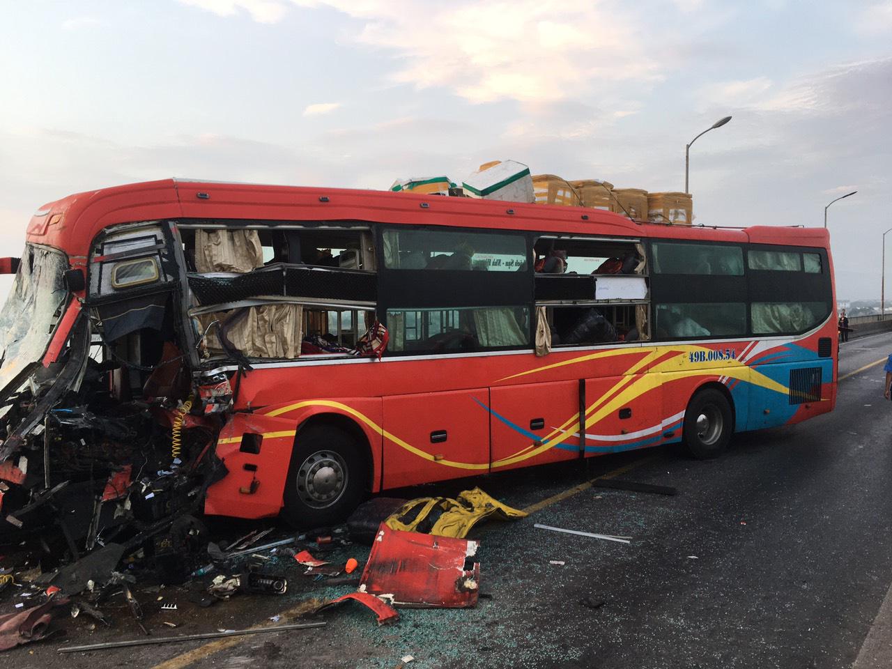 Xe khách đối đầu xe tải 1 người tử vong hàng chục người đập kính thoát nạn - Ảnh 2.