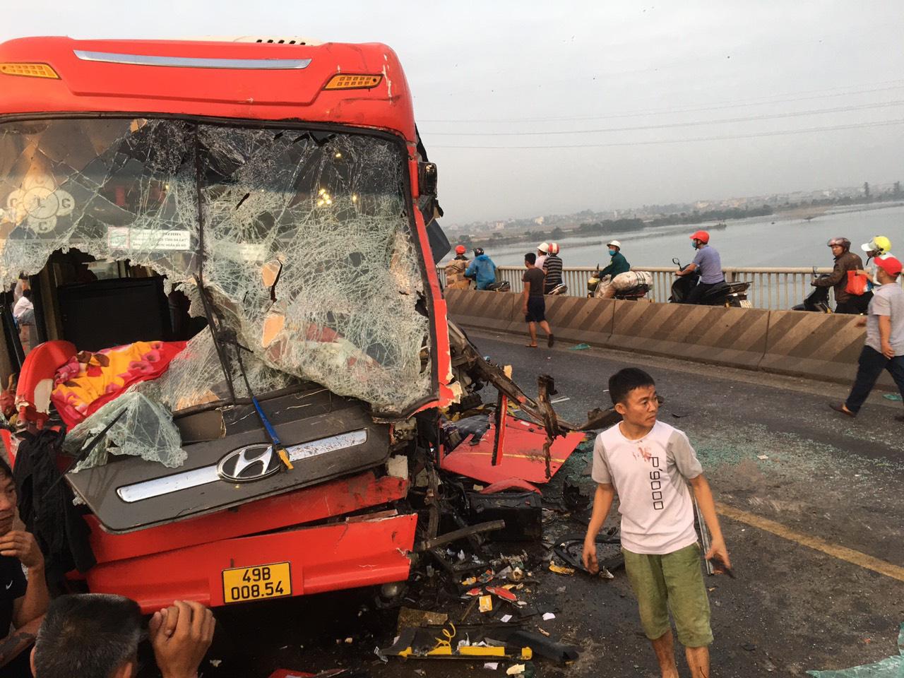 Xe khách đối đầu xe tải 1 người tử vong hàng chục người đập kính thoát nạn - Ảnh 1.