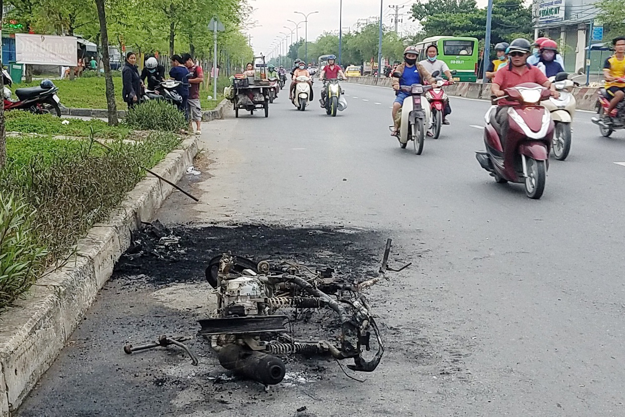 Đang chạy trên đường, xe máy bất ngờ cháy trơ khung - Ảnh 1.