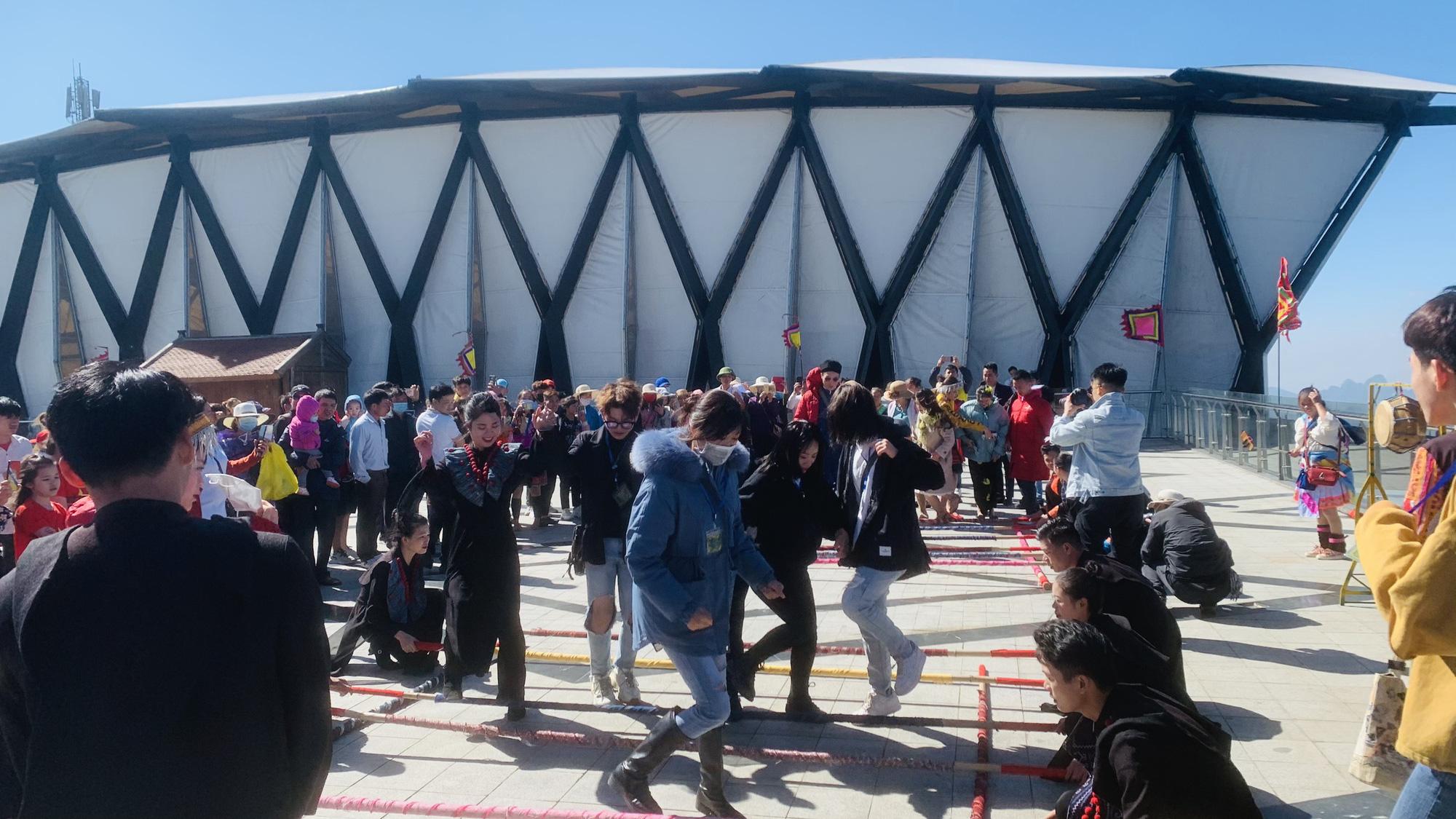 Gần 10.000 du khách đổ về Sa Pa vui chơi ngày Giỗ tổ Hùng Vương - Ảnh 1.