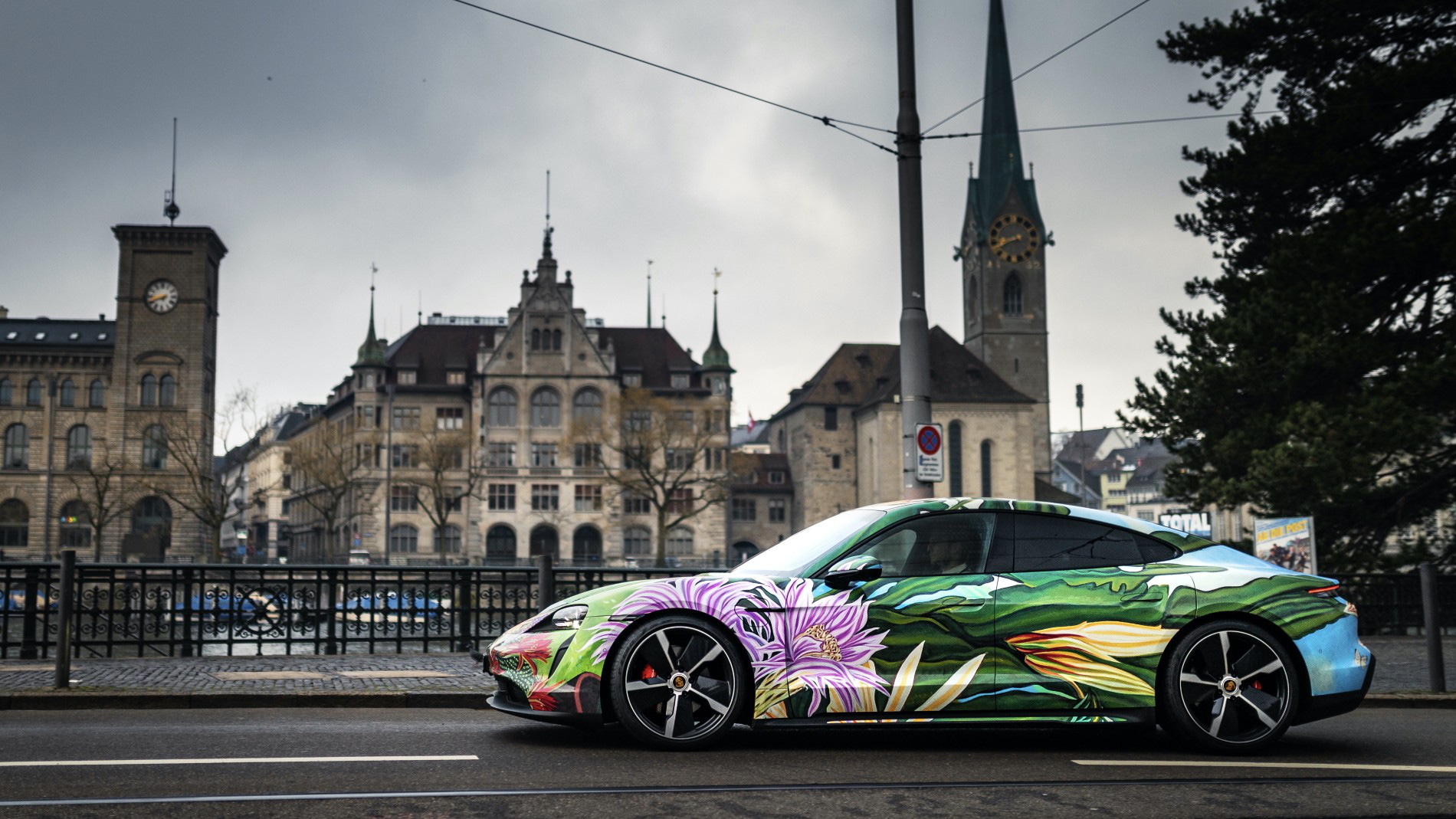 """Siêu xe nghệ thuật Porsche Taycan """"Nữ Hoàng Bóng Đêm"""" được bán với giá 200.000 USD - Ảnh 3."""