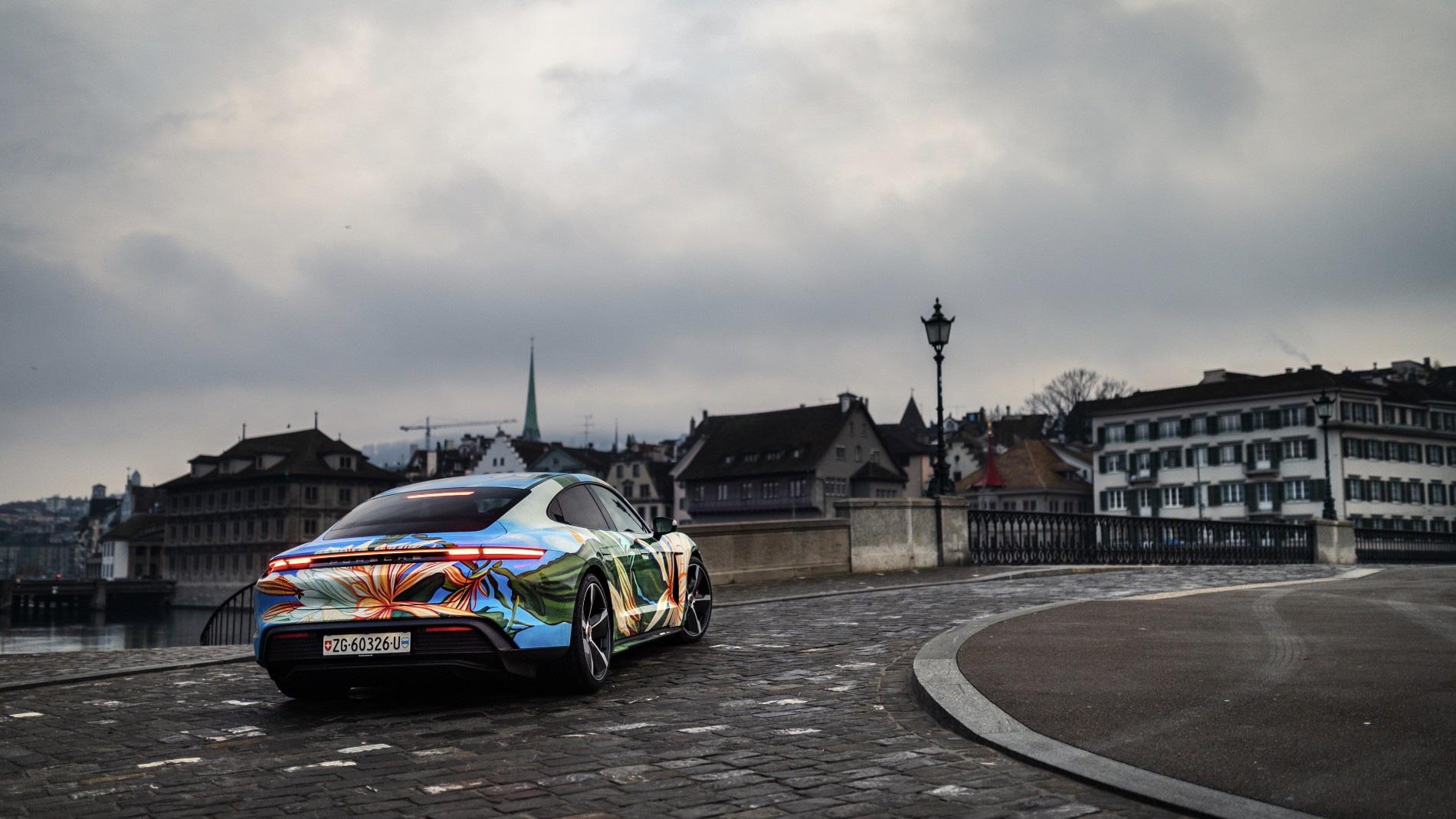 """Siêu xe nghệ thuật Porsche Taycan """"Nữ Hoàng Bóng Đêm"""" được bán với giá 200.000 USD - Ảnh 1."""