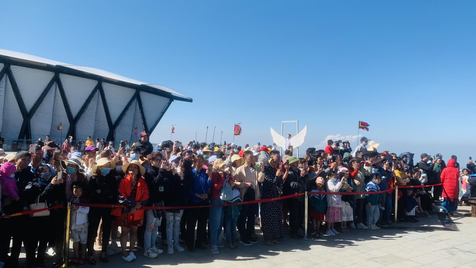 Gần 10.000 du khách đổ về Sa Pa vui chơi ngày Giỗ tổ Hùng Vương - Ảnh 2.