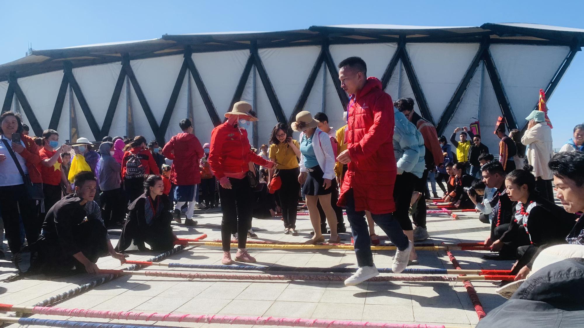 Gần 10.000 du khách đổ về Sa Pa vui chơi ngày Giỗ tổ Hùng Vương - Ảnh 3.