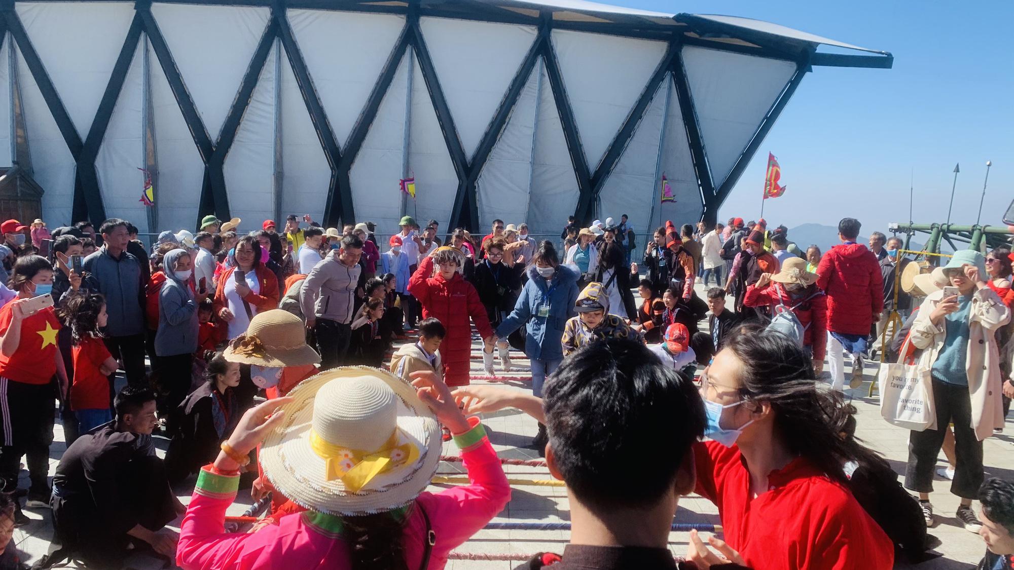 Gần 10.000 du khách đổ về Sa Pa vui chơi ngày Giỗ tổ Hùng Vương - Ảnh 4.