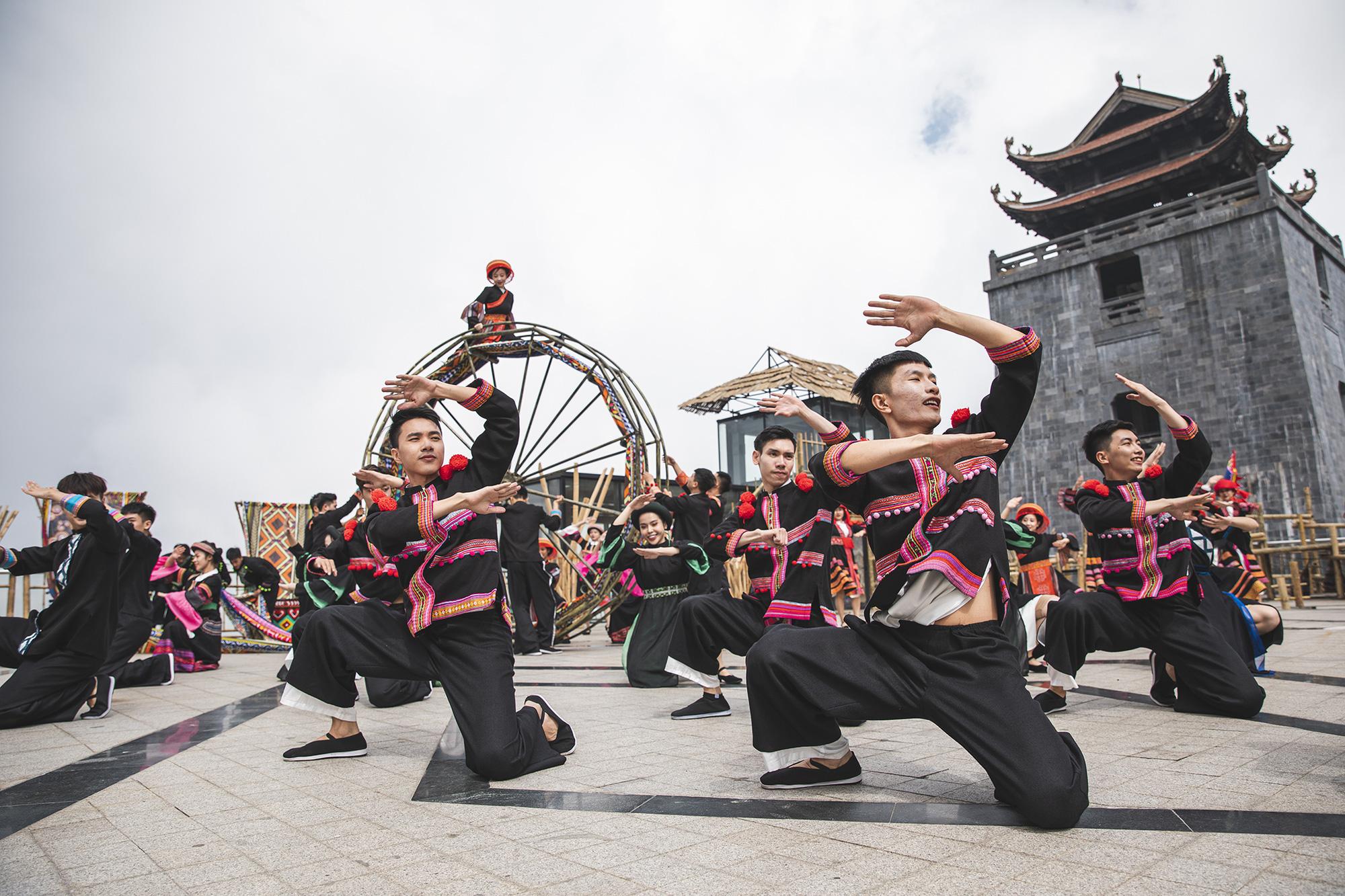 Gần 10.000 du khách đổ về Sa Pa vui chơi ngày Giỗ tổ Hùng Vương - Ảnh 6.