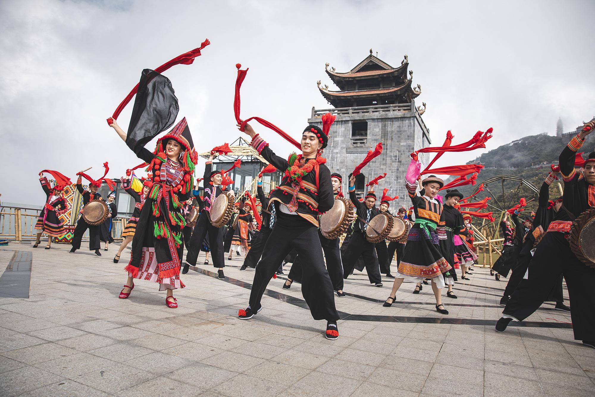 Gần 10.000 du khách đổ về Sa Pa vui chơi ngày Giỗ tổ Hùng Vương - Ảnh 5.