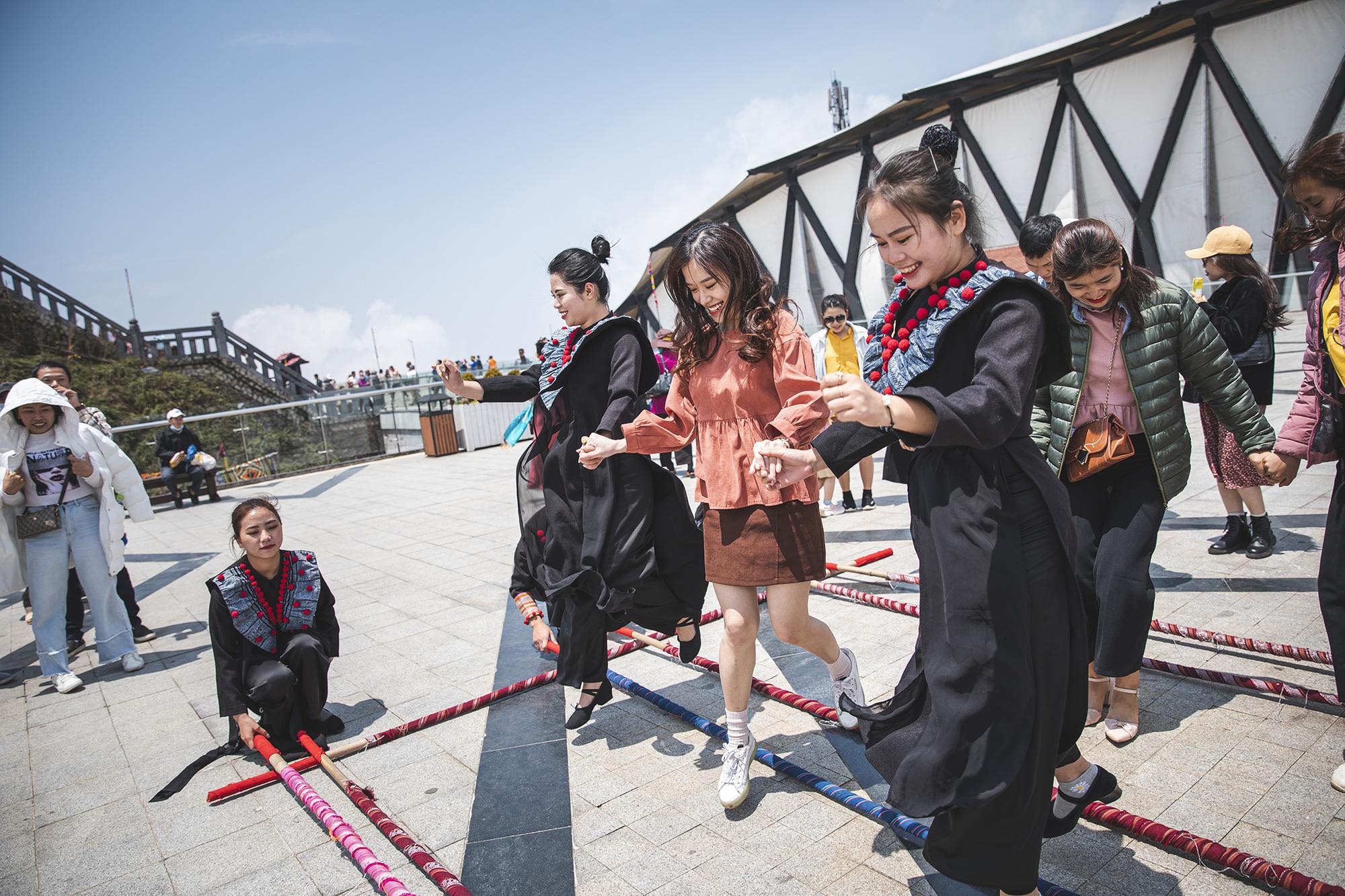 Gần 10.000 du khách đổ về Sa Pa vui chơi ngày Giỗ tổ Hùng Vương - Ảnh 8.