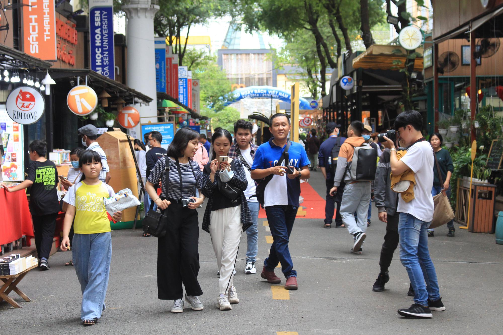 TP.HCM: Thảo Cầm Viên Sài Gòn, Đường sách đông nghẹt ngày Giỗ tổ Hùng Vương - Ảnh 9.