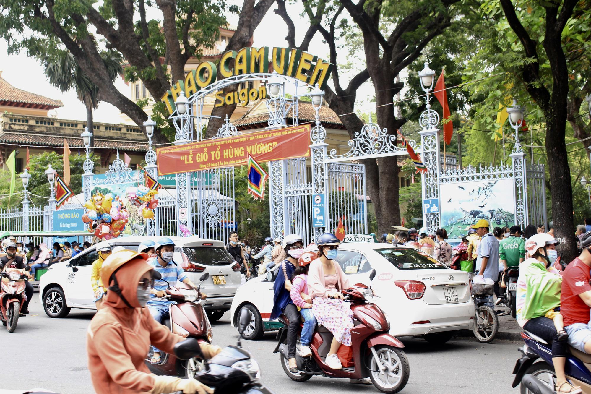 TP.HCM: Thảo Cầm Viên Sài Gòn, Đường sách đông nghẹt ngày Giỗ tổ Hùng Vương - Ảnh 1.