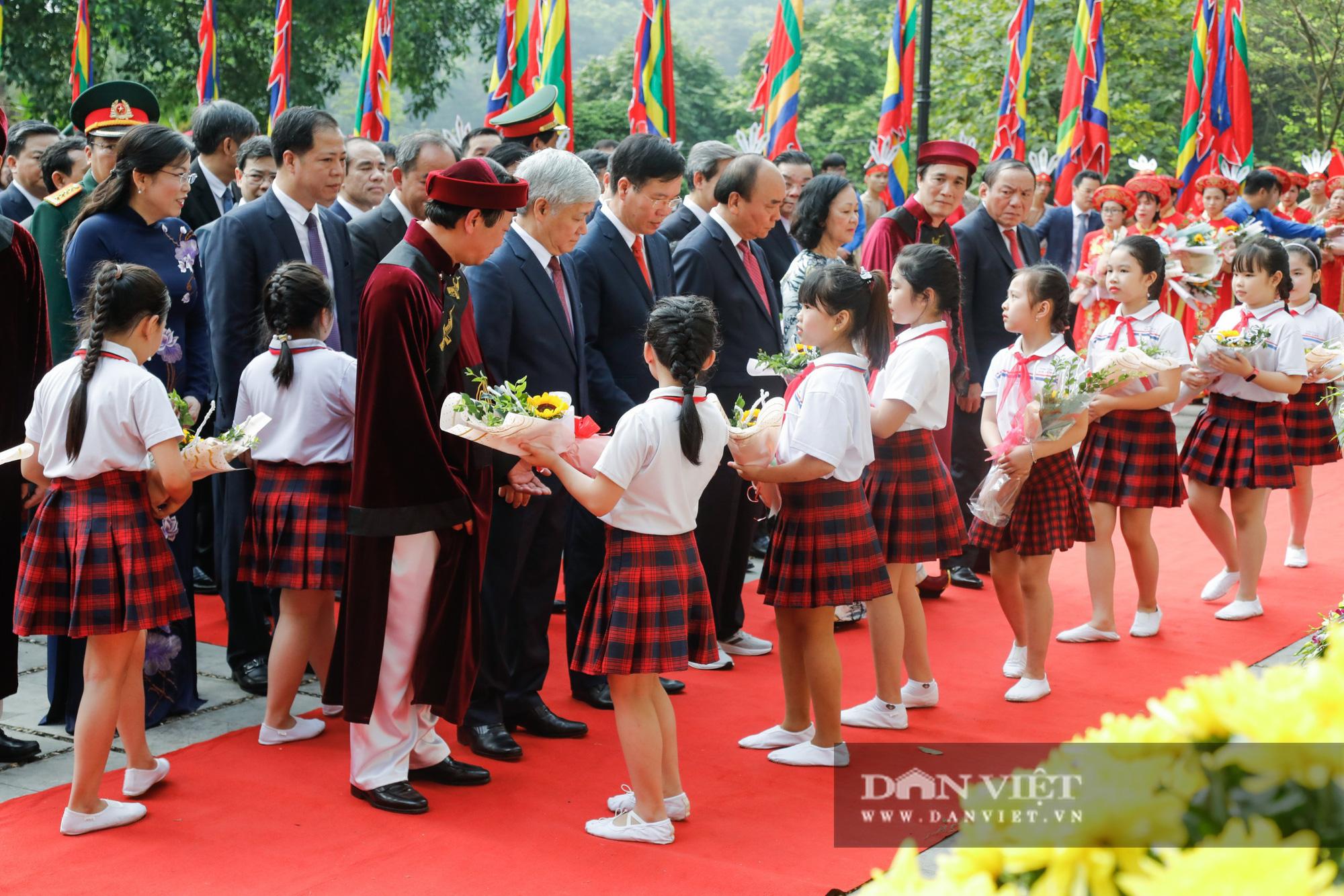 Chủ tịch nước Nguyễn Xuân Phúc dâng hương tưởng nhớ các vua Hùng - Ảnh 1.