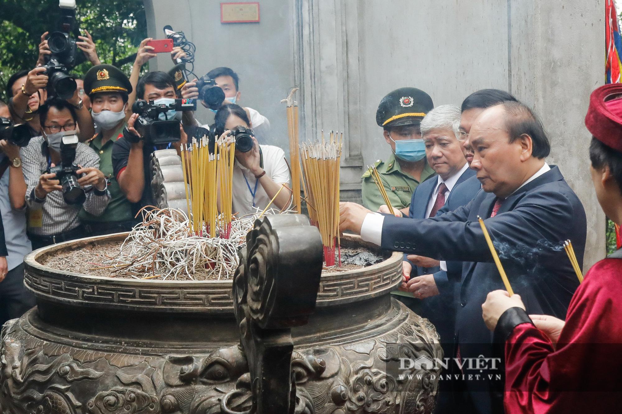 Chủ tịch nước Nguyễn Xuân Phúc dâng hương tưởng nhớ các vua Hùng - Ảnh 2.