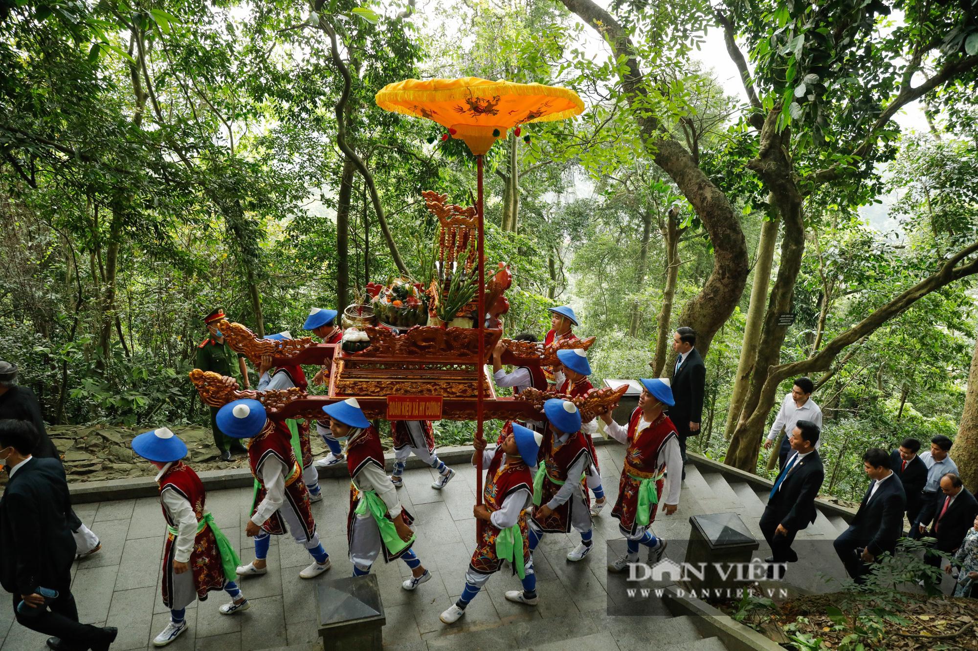 Chủ tịch nước Nguyễn Xuân Phúc dâng hương tưởng nhớ các vua Hùng - Ảnh 3.