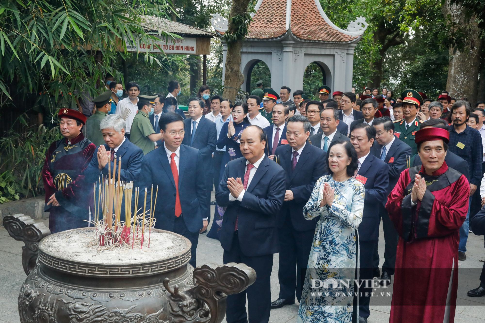 Chủ tịch nước Nguyễn Xuân Phúc dâng hương tưởng nhớ các vua Hùng - Ảnh 4.