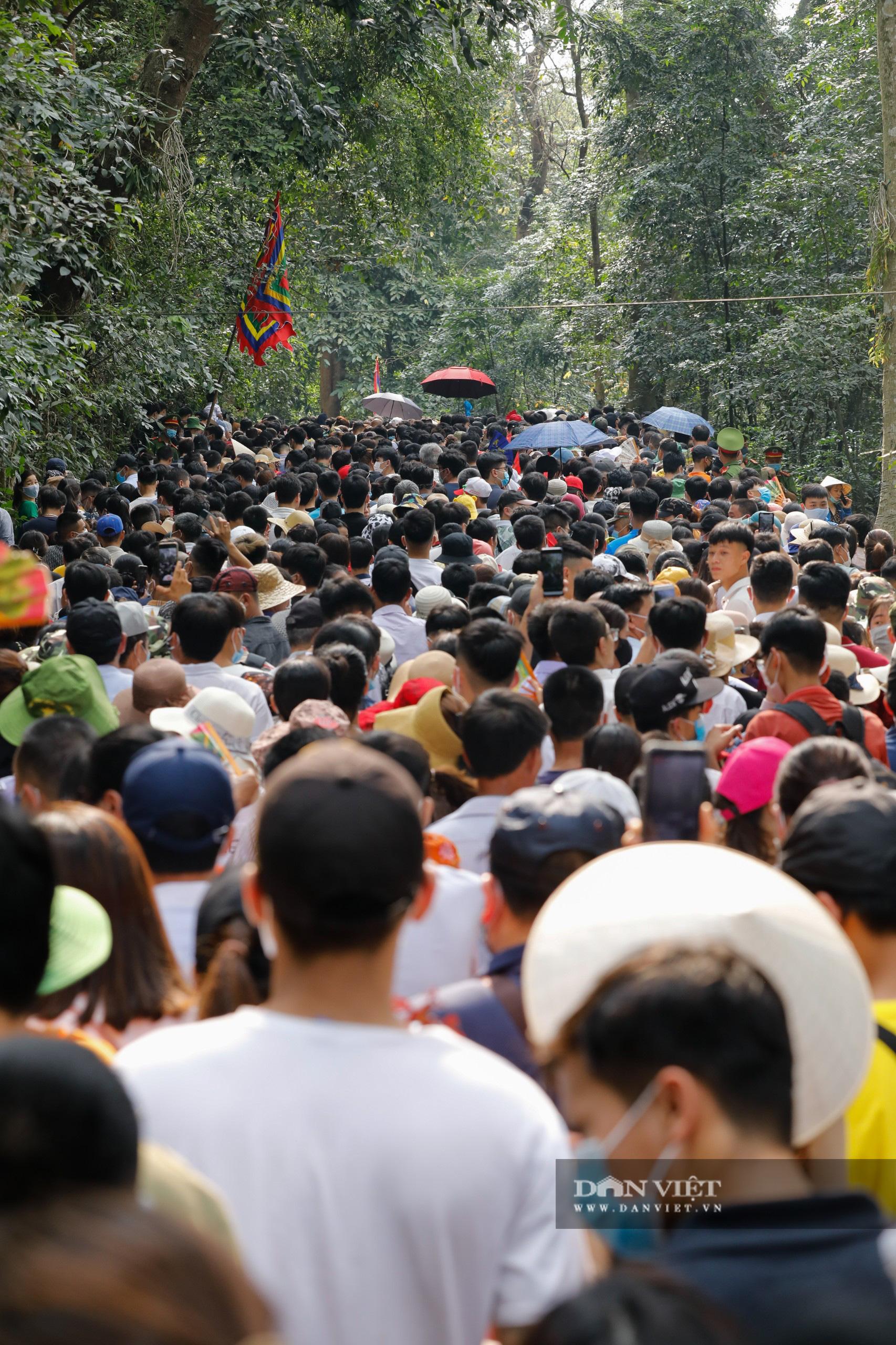 Chủ tịch nước Nguyễn Xuân Phúc dâng hương tưởng nhớ các vua Hùng - Ảnh 9.