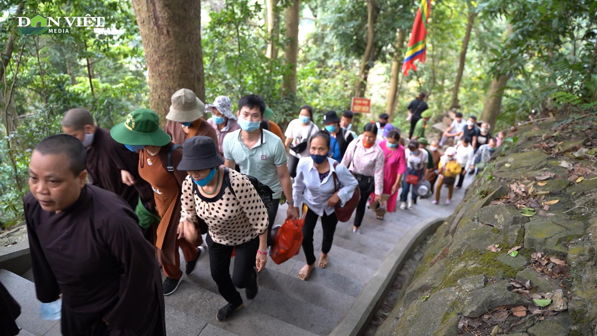 Video: Hàng vạn người chen chúc dâng lễ tại đền Hùng ngày chính hội  - Ảnh 5.