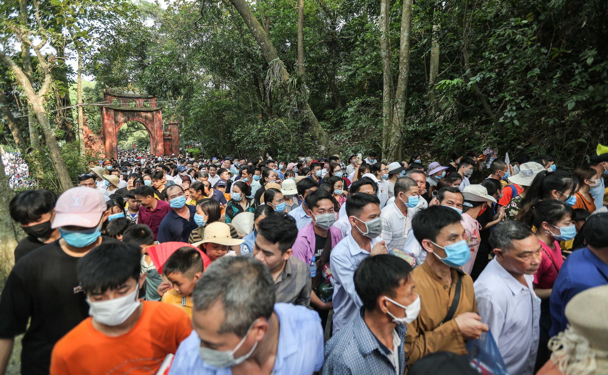 Video: Hàng vạn người chen chúc dâng lễ tại đền Hùng ngày chính hội  - Ảnh 3.