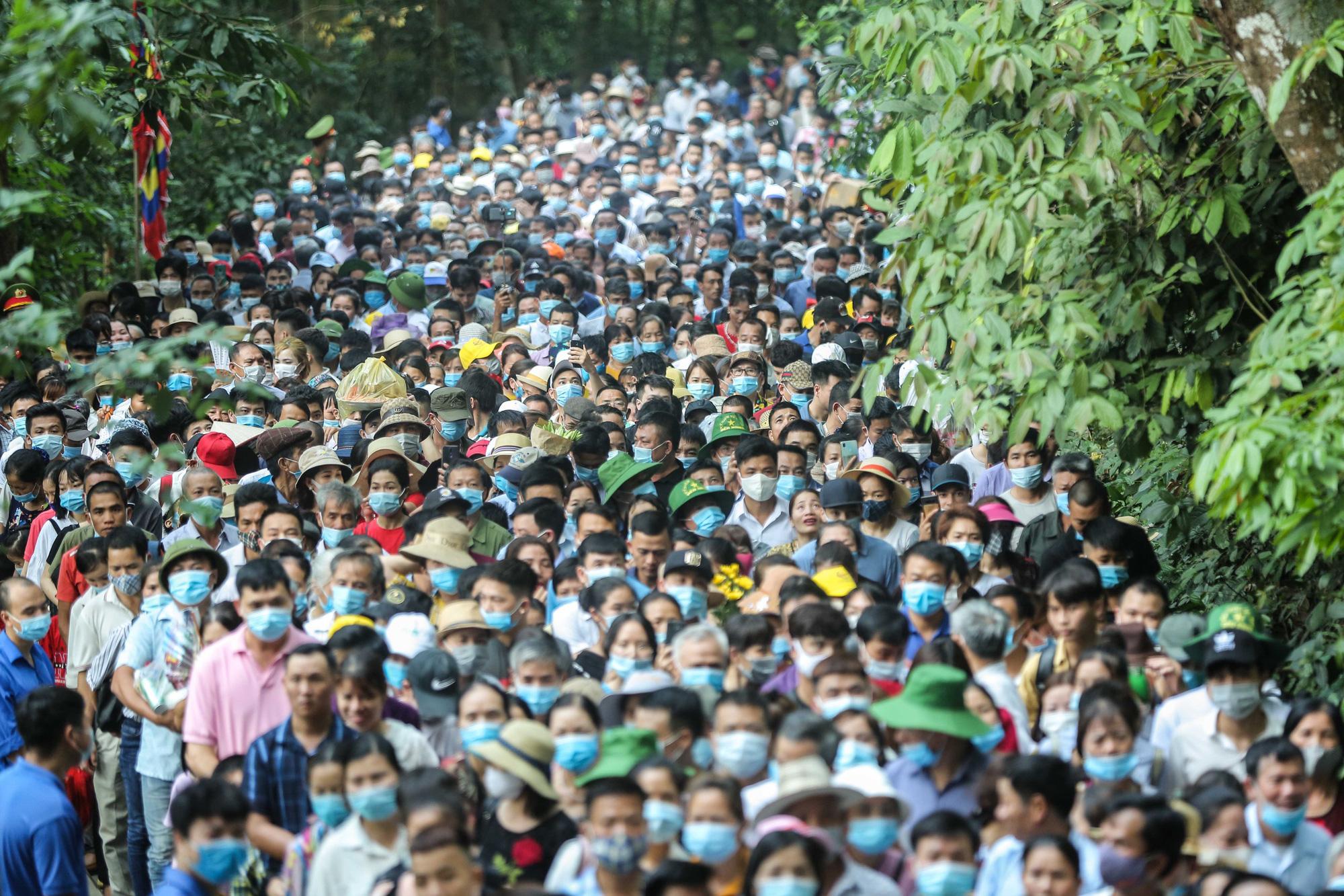 Video: Hàng vạn người chen chúc dâng lễ tại đền Hùng ngày chính hội  - Ảnh 2.