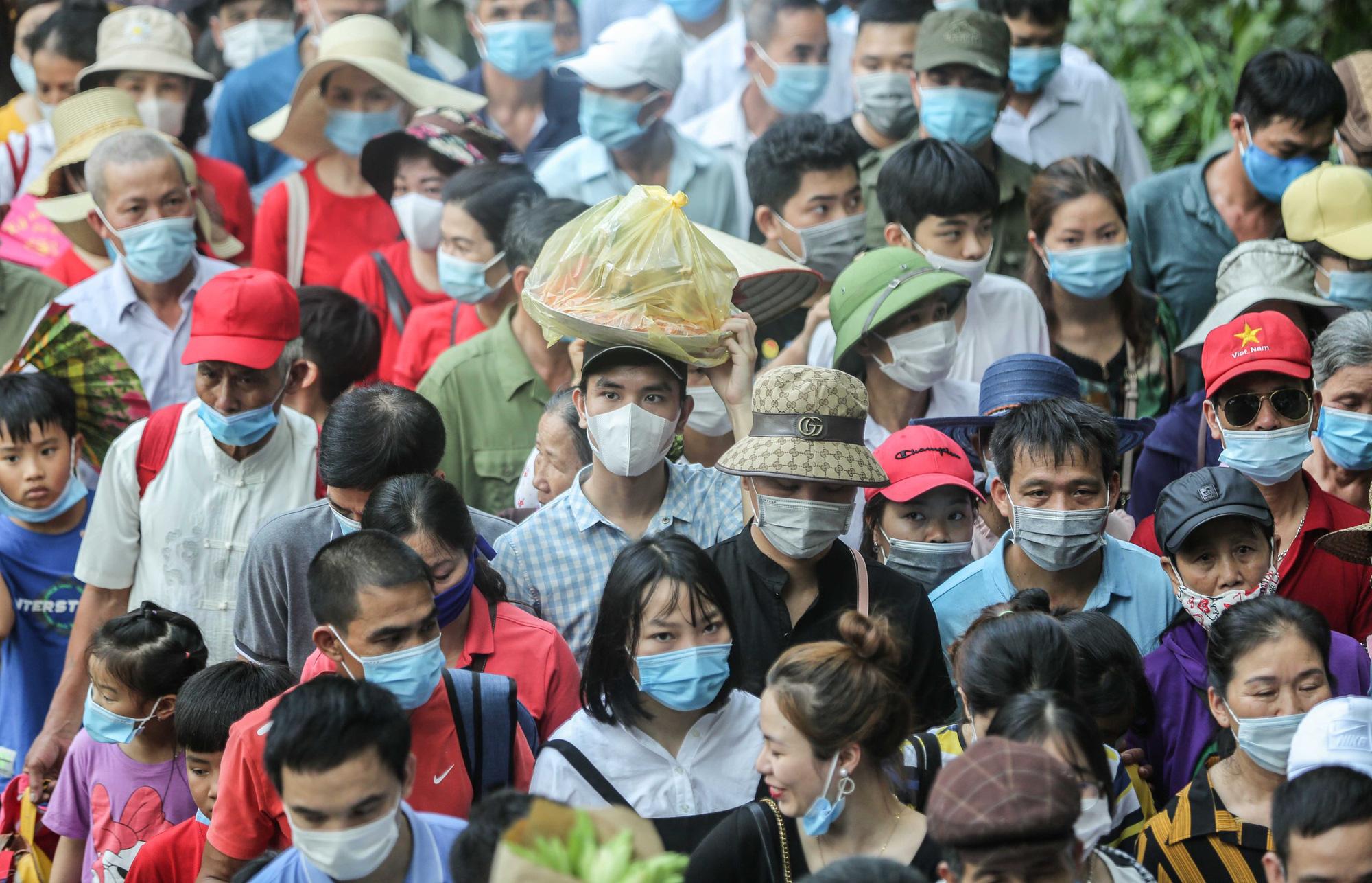 Video: Hàng vạn người chen chúc dâng lễ tại đền Hùng ngày chính hội  - Ảnh 4.