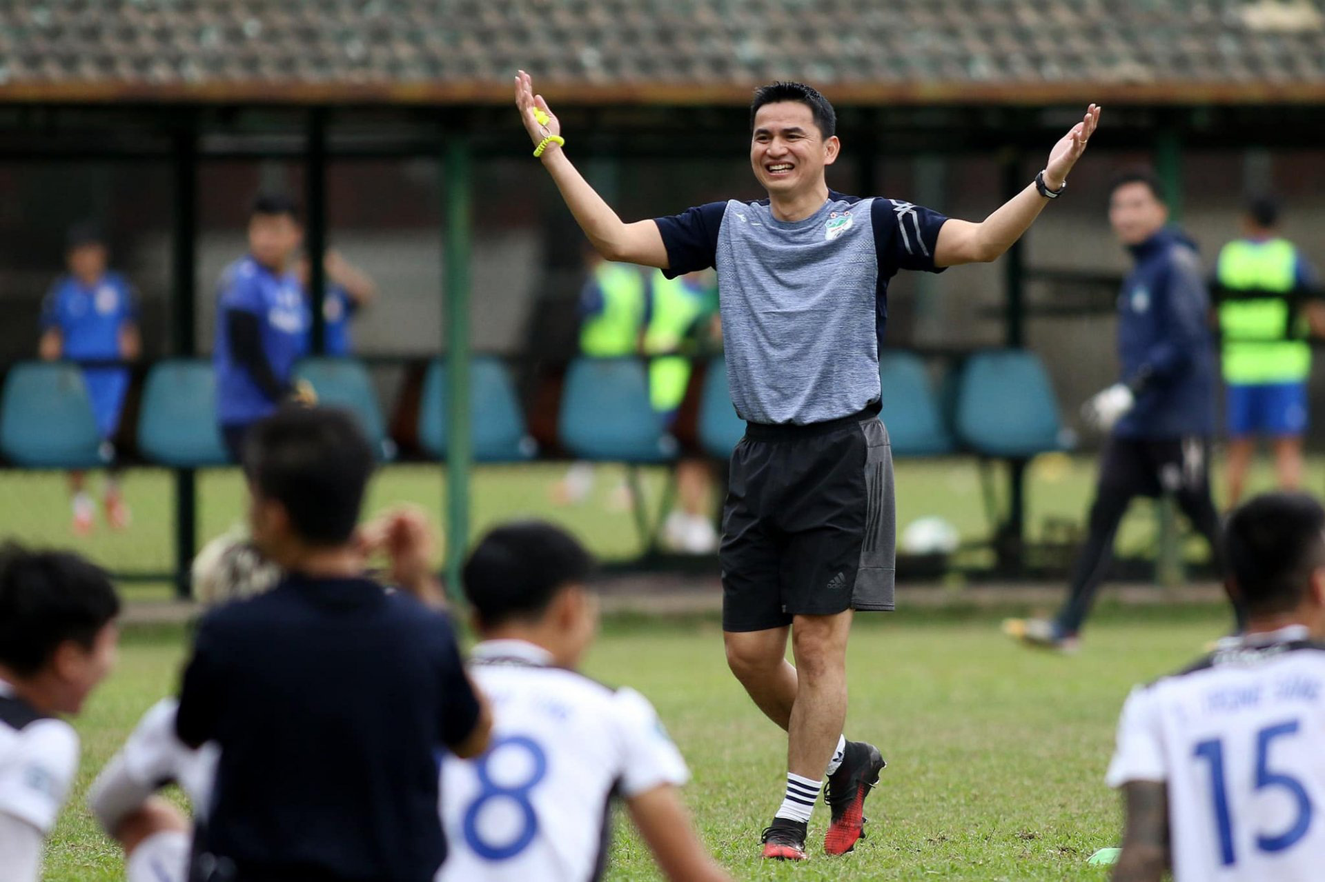 Tin sáng (22/4): Kiatisak sẽ thay HLV Park Hang-seo dẫn dắt ĐT Việt Nam? - Ảnh 1.