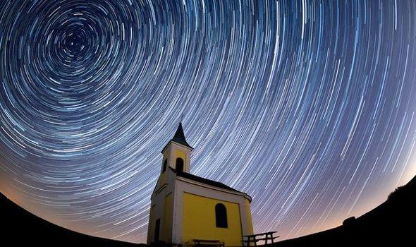 Mưa sao băng Lyrid sẽ thắp sáng bầu trời nước Anh với 18 quả cầu lửa mỗi giờ - Ảnh 1.