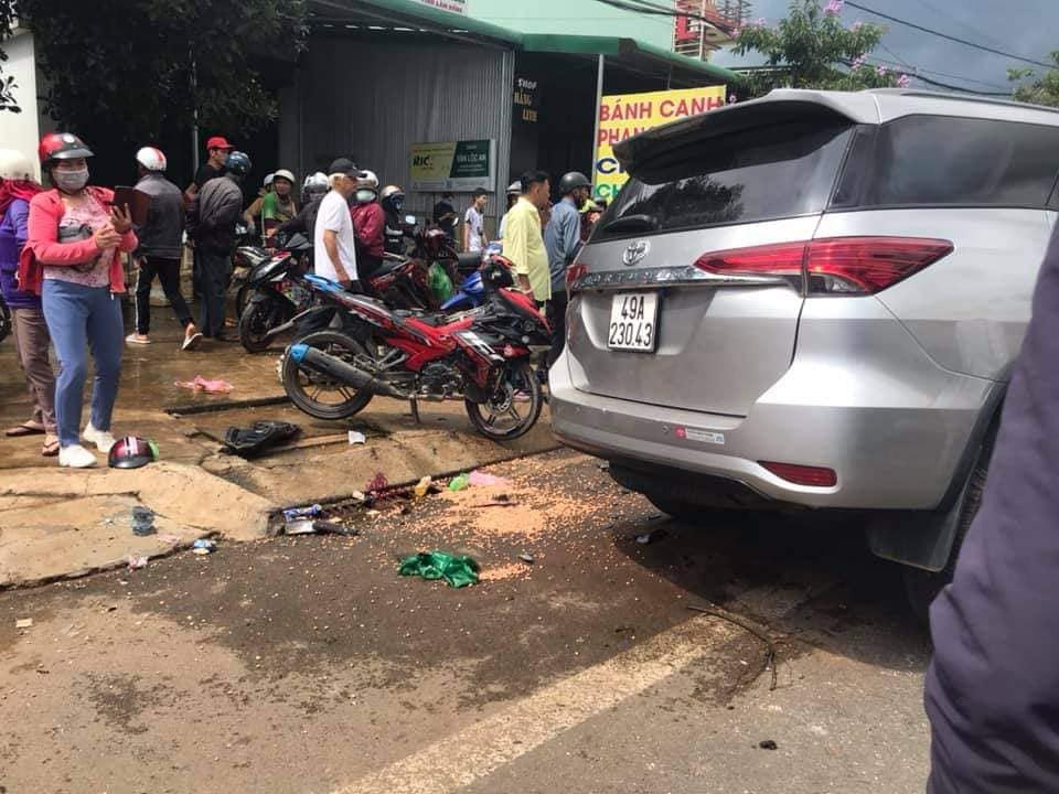 Va chạm với xe bồn, xe 7 chỗ tông vào gia đình đi xe máy, người chồng bị thương nặng - Ảnh 3.