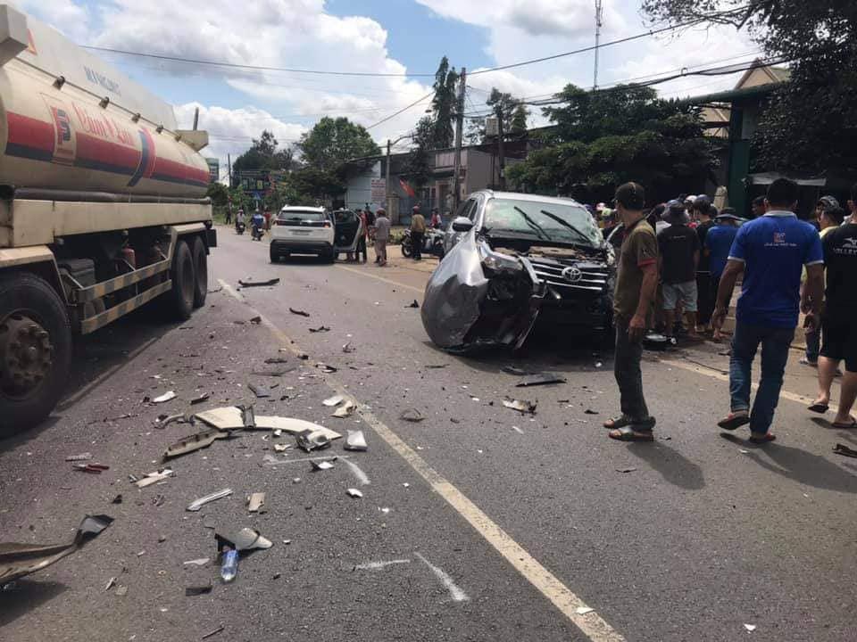 Va chạm với xe bồn, xe 7 chỗ tông vào gia đình đi xe máy, người chồng bị thương nặng - Ảnh 1.