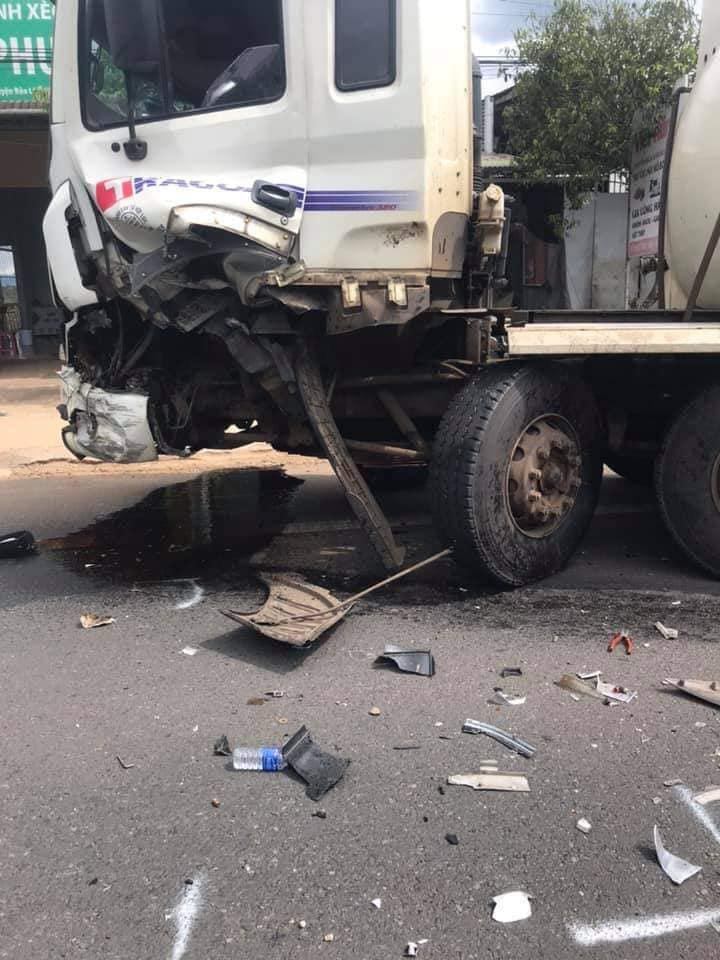 Va chạm với xe bồn, xe 7 chỗ tông vào gia đình đi xe máy, người chồng bị thương nặng - Ảnh 2.
