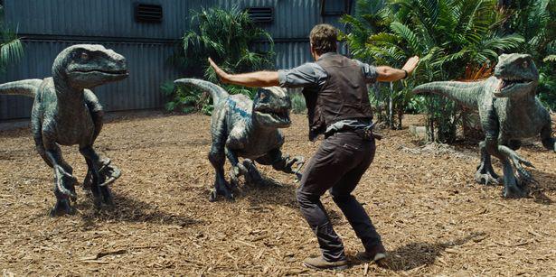 Người phụ nữ kinh ngạc khi phát hiện ra… khủng long đang chạy ngang qua nhà mình - Ảnh 3.