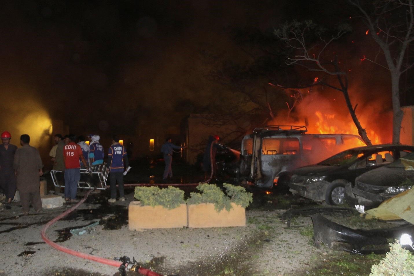 Ô tô chứa bom phát nổ tại một khách sạn phía Tây Pakistan gây nhiều thương vong - Ảnh 2.