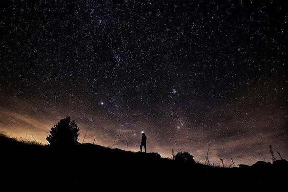 Mưa sao băng Lyrid sẽ thắp sáng bầu trời nước Anh với 18 quả cầu lửa mỗi giờ - Ảnh 2.