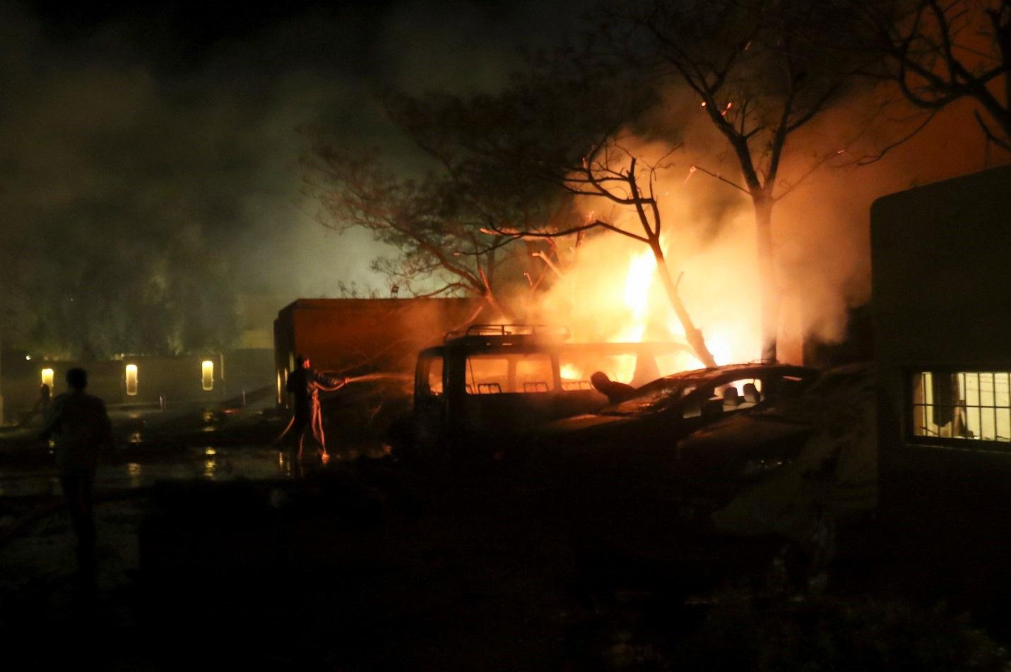 Ô tô chứa bom phát nổ tại một khách sạn phía Tây Pakistan gây nhiều thương vong - Ảnh 3.