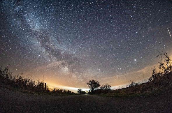 Mưa sao băng Lyrid sẽ thắp sáng bầu trời nước Anh với 18 quả cầu lửa mỗi giờ - Ảnh 4.