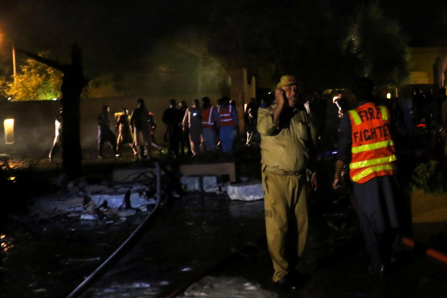 Ô tô chứa bom phát nổ tại một khách sạn phía Tây Pakistan gây nhiều thương vong - Ảnh 4.