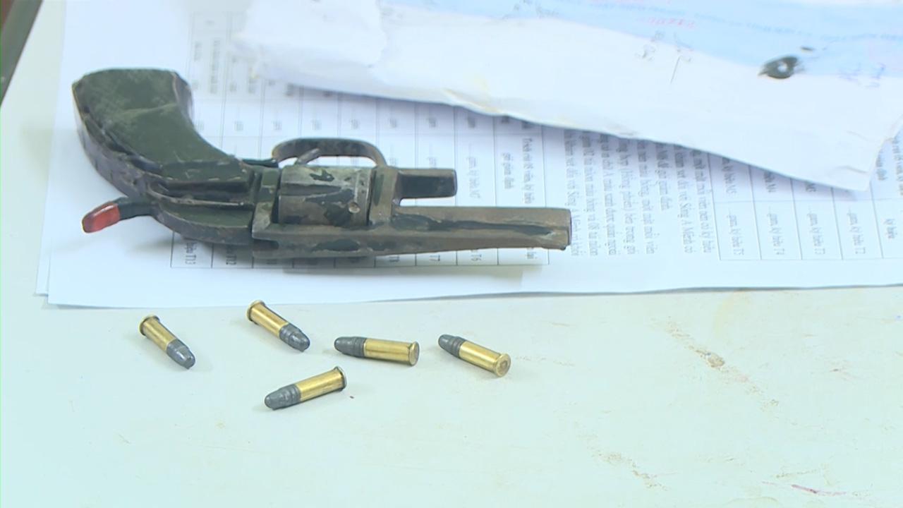 Tóm gọn đối tượng chế tạo súng ngắn để vận chuyển ma túy - Ảnh 2.