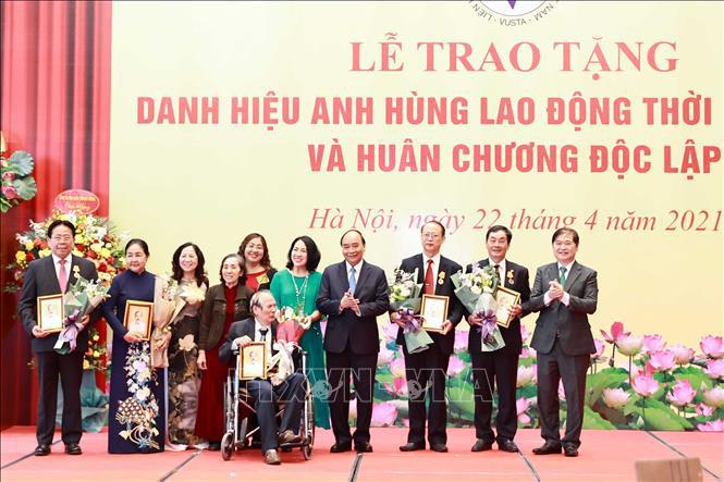 Chủ tịch nước Nguyễn Xuân Phúc trao tặng danh hiệu cao quý cho các nhà khoa học - Ảnh 3.