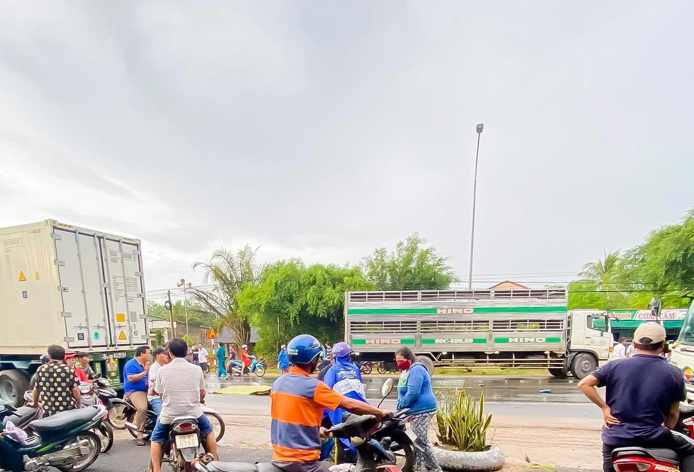 Kinh hoàng xe tải tông trực diện 2 xe máy, 2 người chết thương tâm - Ảnh 2.
