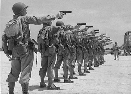 """Lính Mỹ dùng súng ngắn M1911, """"hạ gục"""" xe tăng Đức - Ảnh 1."""