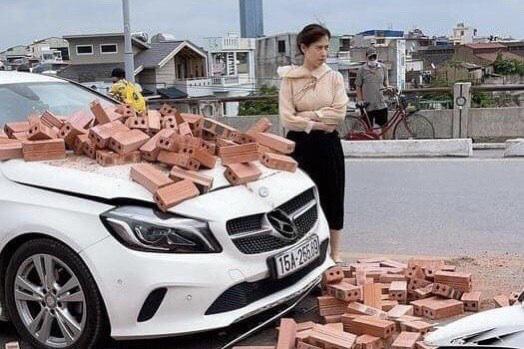 Bị xích lô chở gạch tông trúng, nữ tài xế Mercedes ứng xử bất ngờ - Ảnh 1.