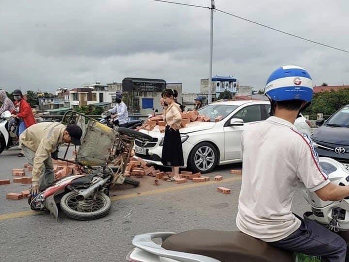 Bị xích lô chở gạch tông trúng, nữ tài xế Mercedes ứng xử bất ngờ - Ảnh 2.