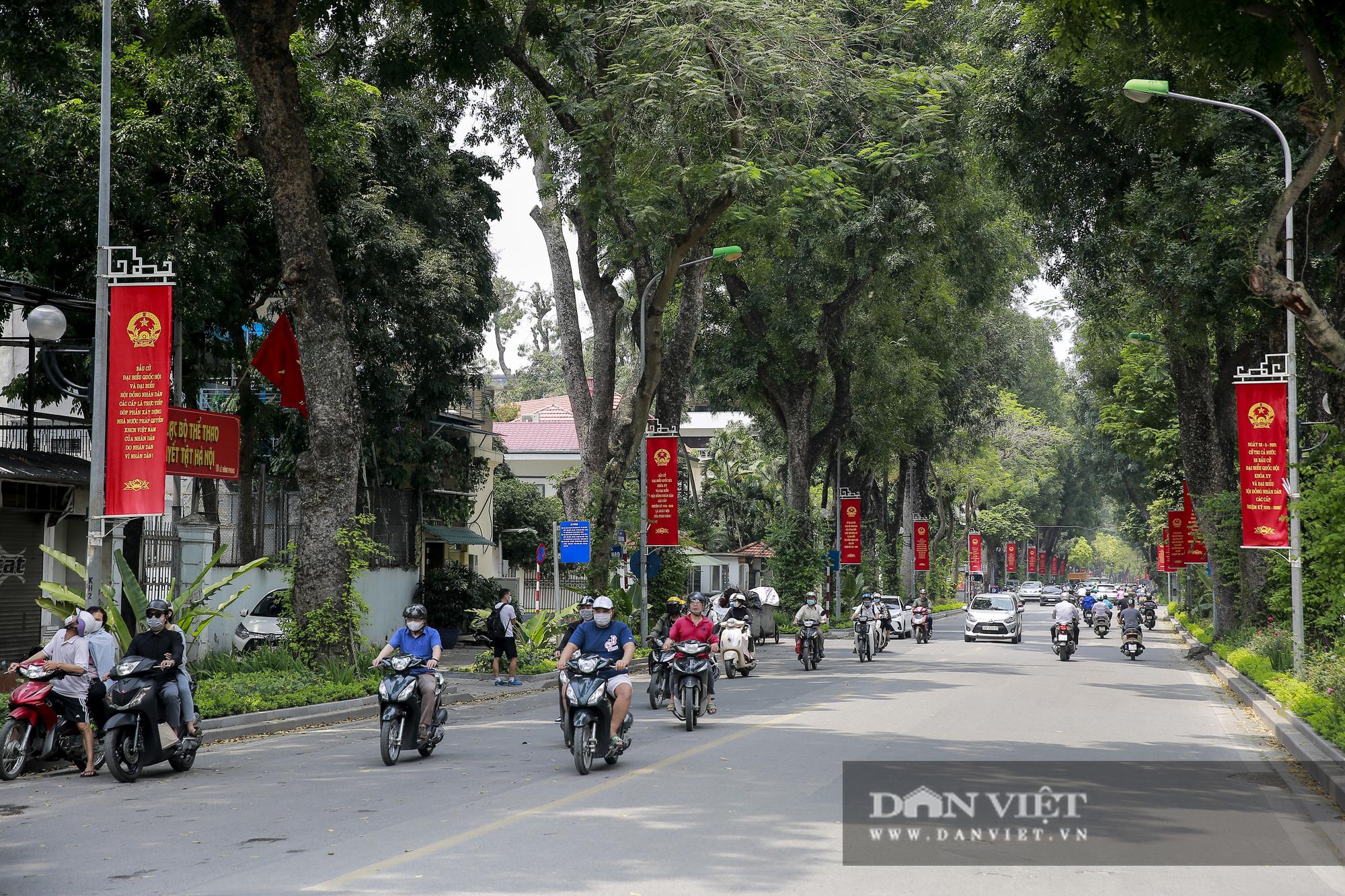 Đường phố Hà Nội trang hoàng rực rỡ trước ngày bầu cử - Ảnh 1.