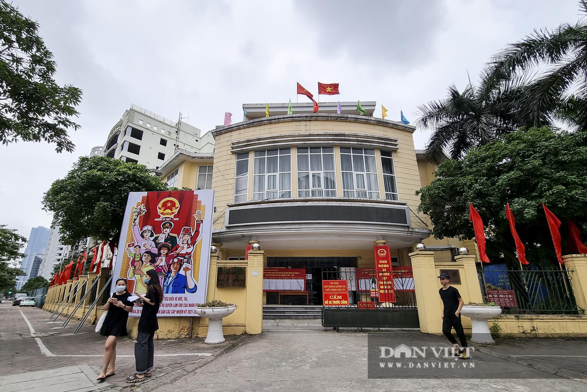 Đường phố Hà Nội trang hoàng rực rỡ trước ngày bầu cử - Ảnh 10.
