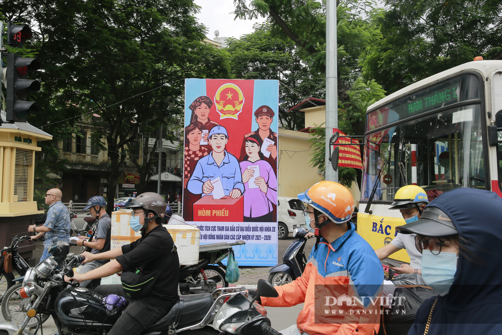 Đường phố Hà Nội trang hoàng rực rỡ trước ngày bầu cử - Ảnh 5.